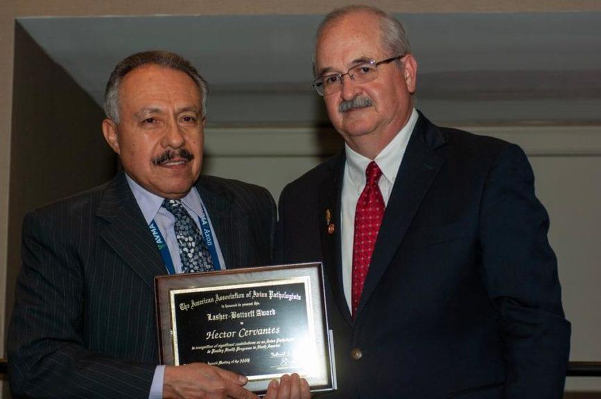 Dr. Héctor Cervantes recibe doble premio de la AAAP
